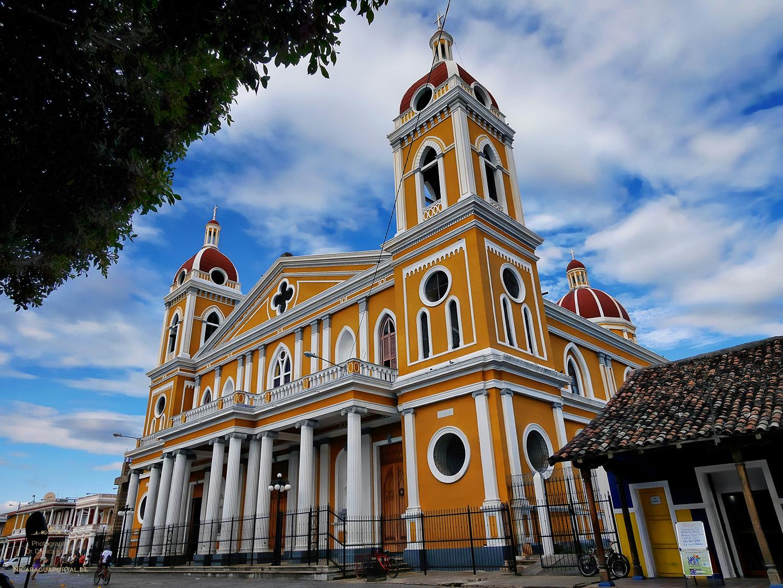 Nicaragua: Granada, Die Kathedrale am Parque Central