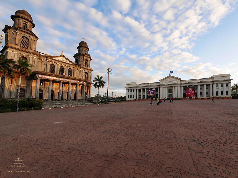 Nicaragua: MANAGUA: Die Kathedrale Santiago de Managua und der Palacio Nacional de la Cultura auf der Plaza de la Revolution