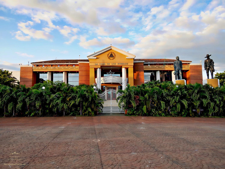 Nicaragua: MANAGUA: Die Kathedrale Santiago de Managua und die Casa Presidencial auf der Plaza de la Revolution